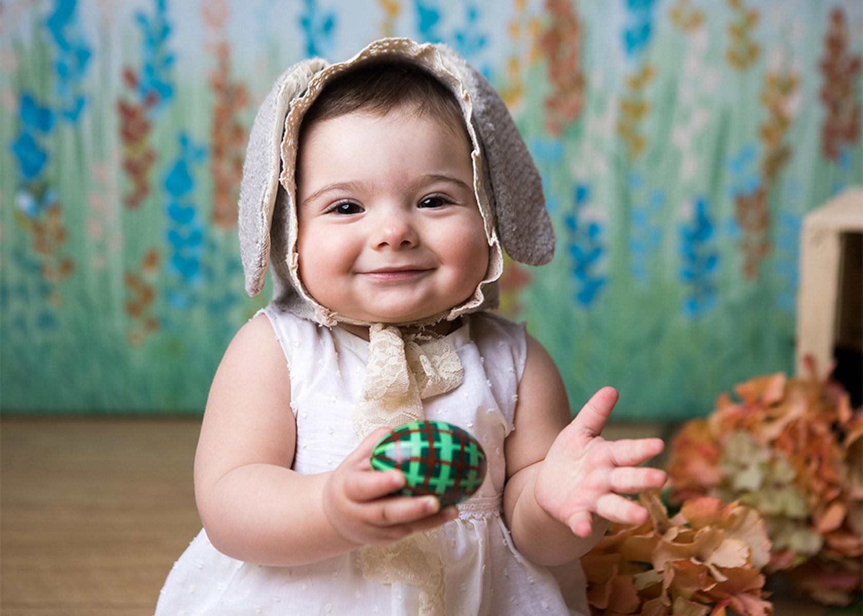 bambina-con-orecchie-da-coniglietto-e-fiori-arancioni