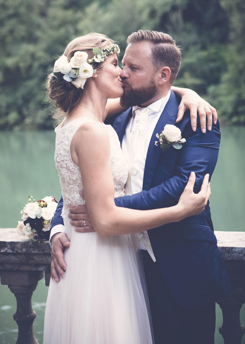 sposi-che-si-baciano-al-fiume-1