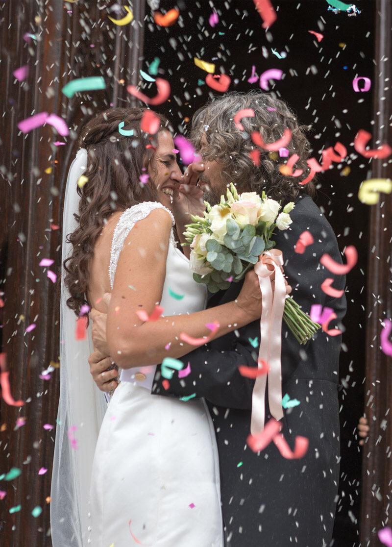 sposi-all'uscita-della-chiesa-con-coriandoli