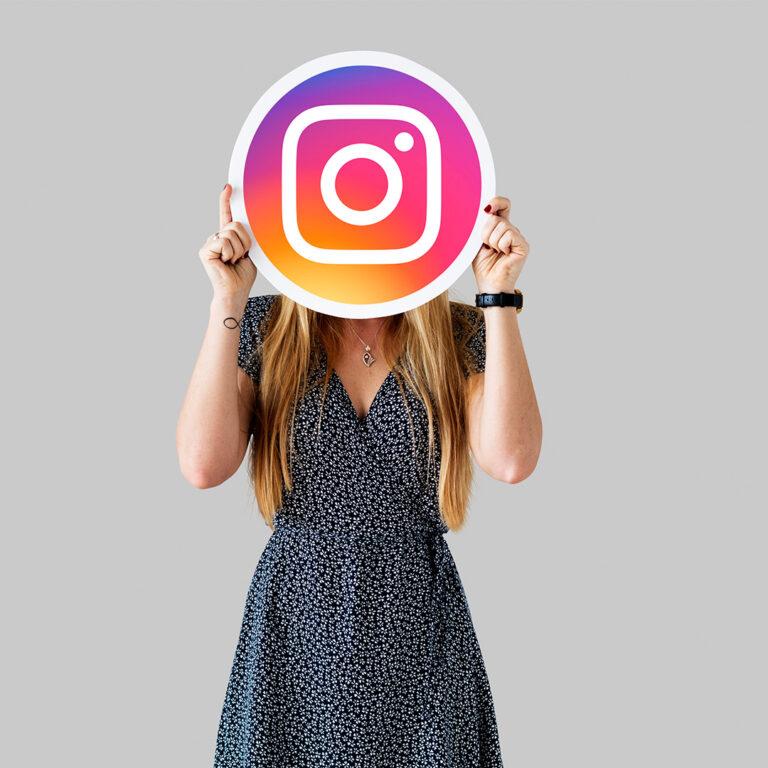 ragazza con volto coperto da simbolo instagram