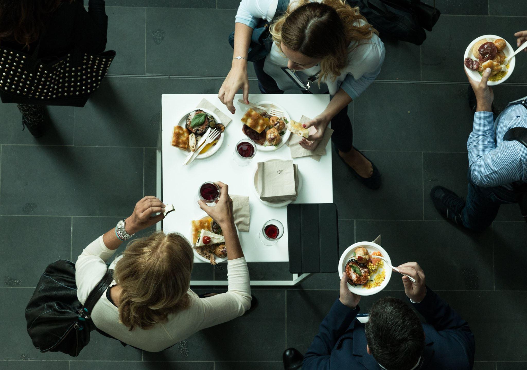 persone ad un evento che mangiano