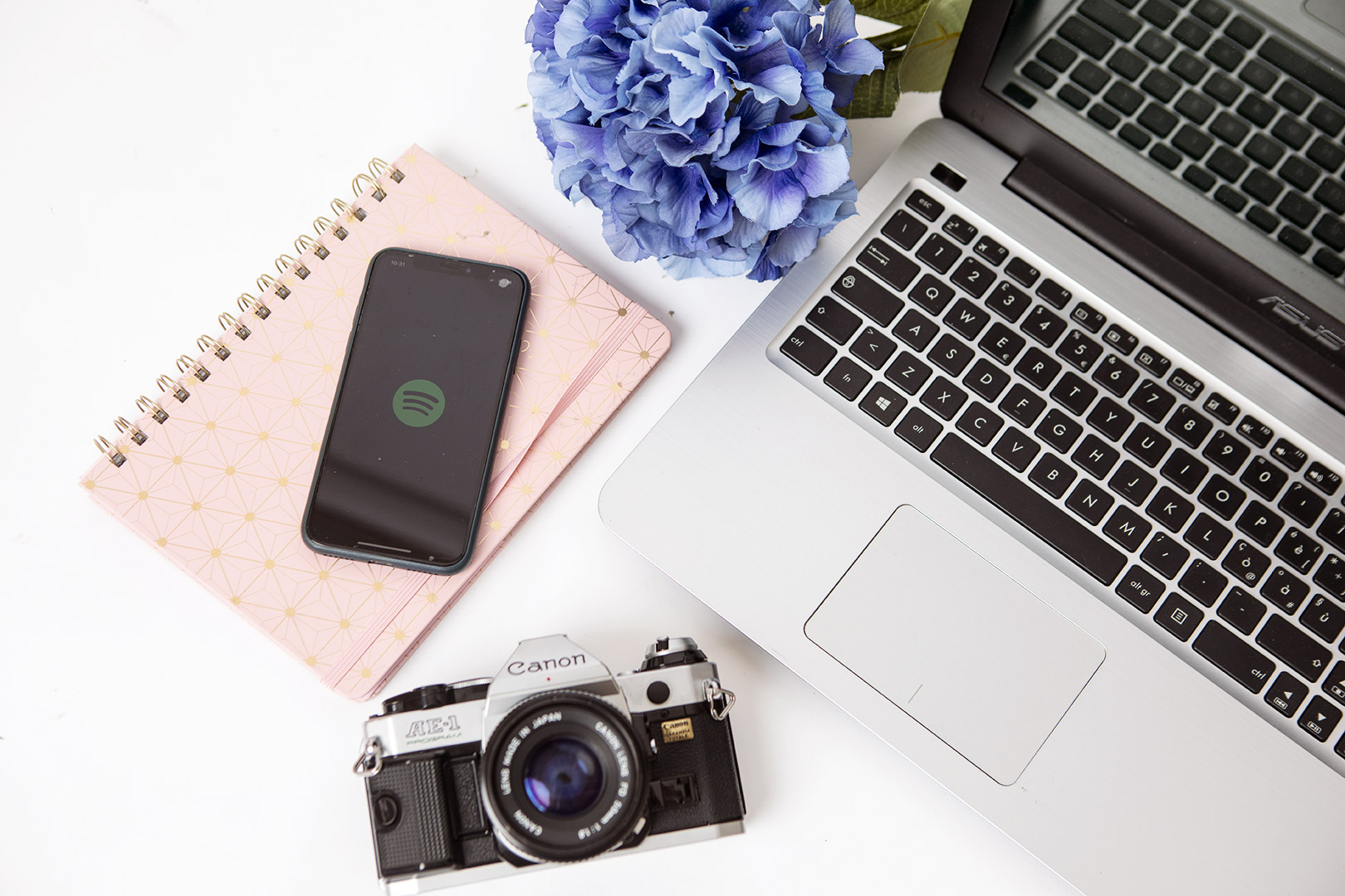 scrivania con computer, telefono, fiore