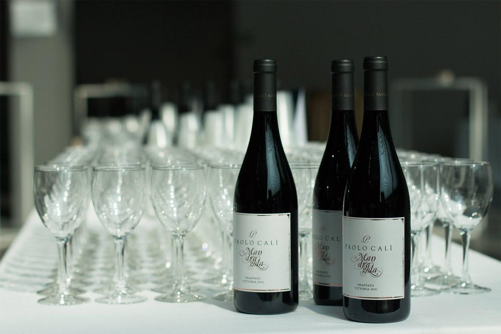 bottiglie e bicchieri su un tavolo