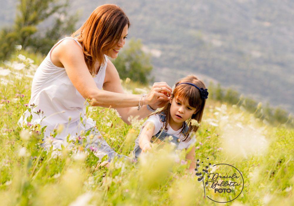 Bimba-e-mamma-che-giocano-tra-i-fiori
