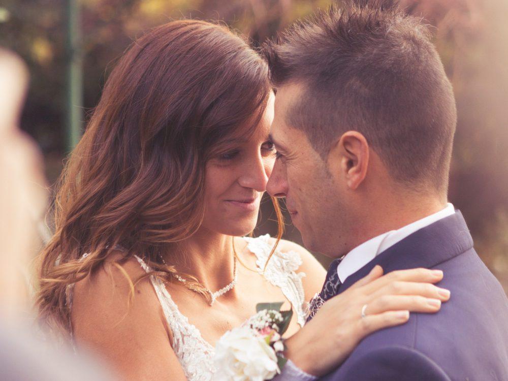 sposi-che-si-guardano-negli-occhi-foto-calda