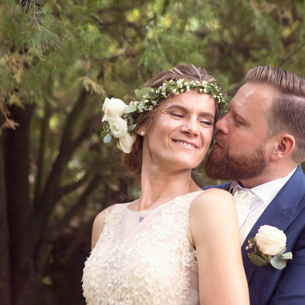 sposo-che-abbraccia-sposa-da-dietro