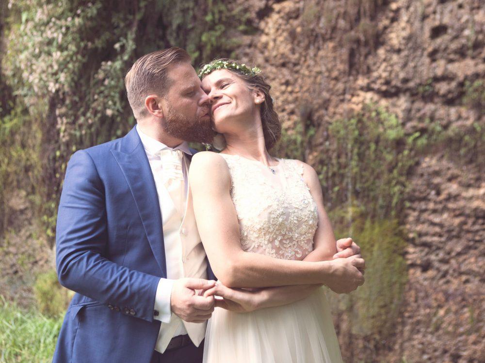 sposo-che-abbraccia-sposa